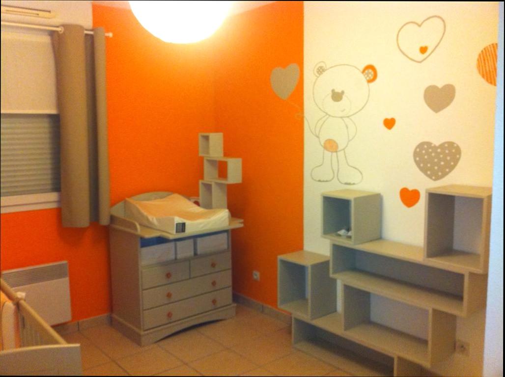 Chambre bébé orange et beige - Idées de tricot gratuit